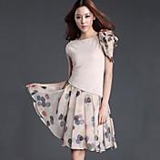 女性のラウンドカラーのファッションエレガントなドレス