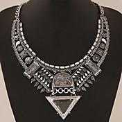 Dame Krave Erklæring Halskæder Geometrisk form Trekantet Ædelsten Legering Statement-smykker Europæisk kostume smykker Smykker Til