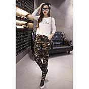 伸縮性のあるウエストひもひものひもひもの旗バッジのカモフラージュハーレムのパンツ女性のカジュアルなズボンの足
