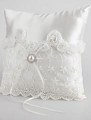 krásné snubní prsten polštář v bílém saténu s hruškou a tkaničky