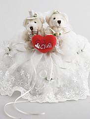 Snubní prsten polštář z bílého saténu s roztomilý medvěd
