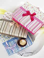 barevný proužek s květinovým potiskem a dárkové krabice s mašlí (sada 12)
