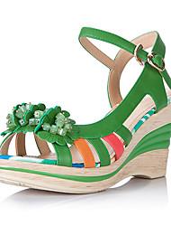 El color de las mujeres medd juego sandalias de tacón de cuña con la flor