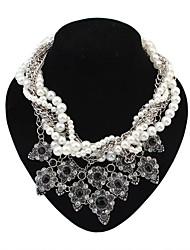 couches luxueuses perles des femmes enchaînent fleurs exquises collier grappe de dossard