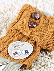 delle donne di modo del tutto-fiammifero pulsanti che lavorano a maglia calzini caldi piedi