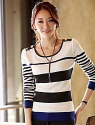 acrescenta em torno do pescoço da mulher tudo combinando stripe tricô cardigan