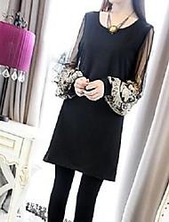 givenchy&vestido de manga larga bordado alrededor del cuello de una mujer