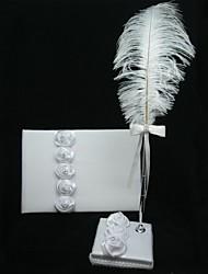 satin blanc rose livre d'or et un ensemble stylo avec le signe de plume dans le livre