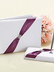 boda libro de visitas y pluma conjunto de blanco y morado signo acento en el libro