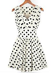 Kleid-Lässig/Alltäglich Sexy Punkt V-Ausschnitt Übers Knie Ärmellos Weiß / Schwarz Frühling Unelastisch Mittel