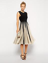 sin mangas delgado de la mujer encaja un vestido midi línea con la costura de malla