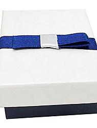 caixa quadrada azul e branco colar de presente