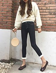 echte Mode-Shooting wilden behaarten weiblichen Jeans Hose dünnen dünnen Bleistift Strumpfhosen nett