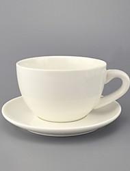 Xícara de café e pires europeus e simples de cerâmica