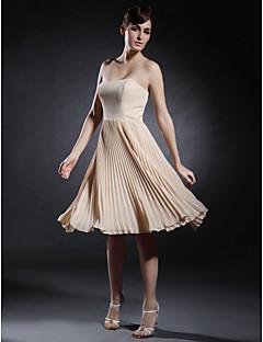 TS Couture Coquetel Reunião de Classe Vestido - Curto Estilo Celebridade Linha A Tomara que Caia Coração Até os JoelhosChiffon Cetim