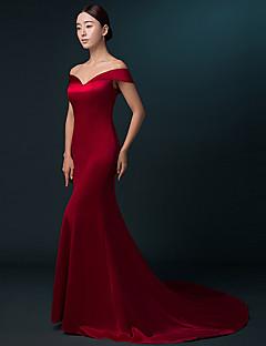Evento Formal Vestido Trompeta / Sirena Hombros al Aire Larga Satén con Plisado