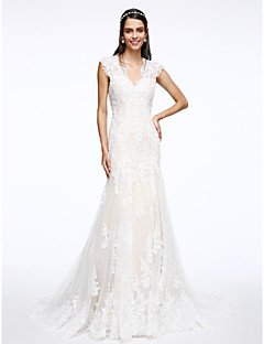 Lanting Bride® Trumpet / Mermaid Wedding Dress Court Train V-neck Tulle with Appliques / Button