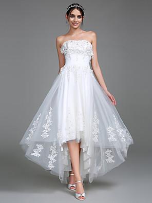 2017 Lanting bride® si linii svatební šaty bez ramínek Asymetrické tylu s appliqués / Ruche