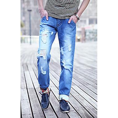 Hombres con estilo de los pantalones vaqueros rasgados ...